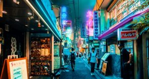 Corean street at night. We see people crossing it and the light advertisements, which resemble promotional augmented reality. Photo by: Jezael Melgoza. Available in: Unsplash.com
